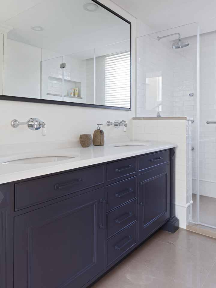 להלן חדר אמבטיה בצבע כחול